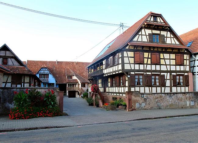 Vue d'un corps de ferme traditionnel à Furdenheim.