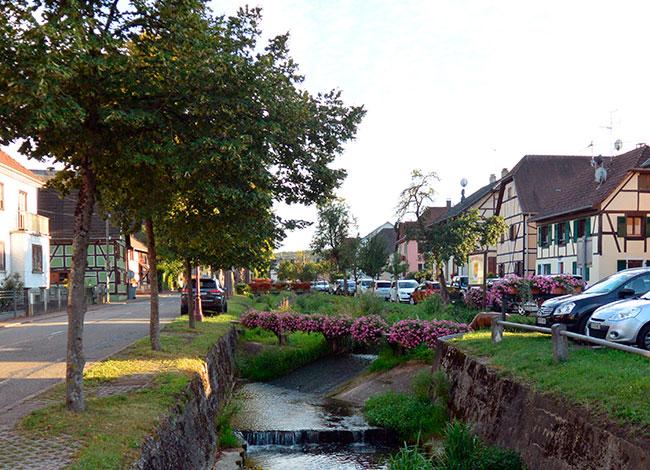Vue de la traversée du Hirtzbach en cœur de village.